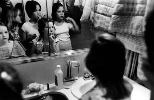 Stephen Shames, New York, USA: Girls apply make-up, 1976 Tirage vintage signé 15,5 x 23,5 cm