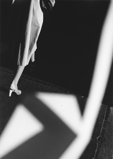 When hands weave the light - Ray K. Metzker - LES DOUCHES